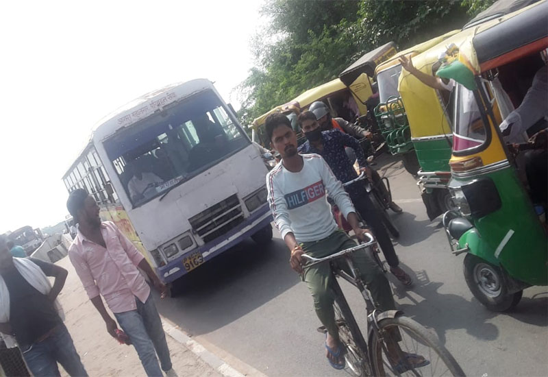 Traffic jam in the city due to auto rickshaw and illegal parking#agranews