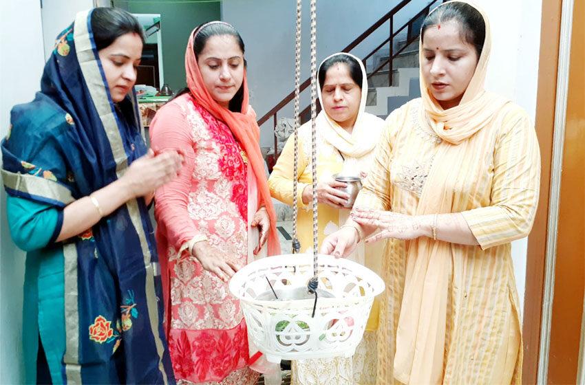 Sindhi society of Agra celebrated the festival of Kajari Teej (Karva Chauth)#agranews