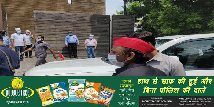 EX CM Akhilesh Yadav reaches Agra, Pay tribute to friends family #agranews