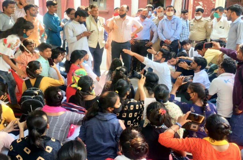 Students protesting in the university regarding incomplete and erroneous results in University…#agranews